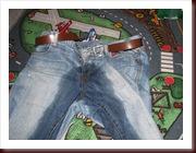 Les jeans mouillés de Ticarl sur le tapis de sa chambre.